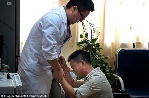 Heartbreaking! Impoverished dad begs doctor not to stop treating his critically ill son after spending every penny