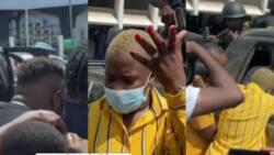 3y3, 3y3, 3dien? - Fella Makafui screams at reporters as they video Medikal after remand