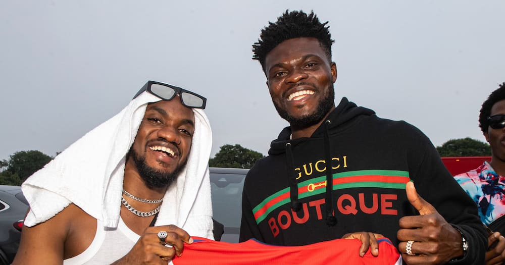 Thomas Partey meets Mr Drew in London, hands him a customised jersey