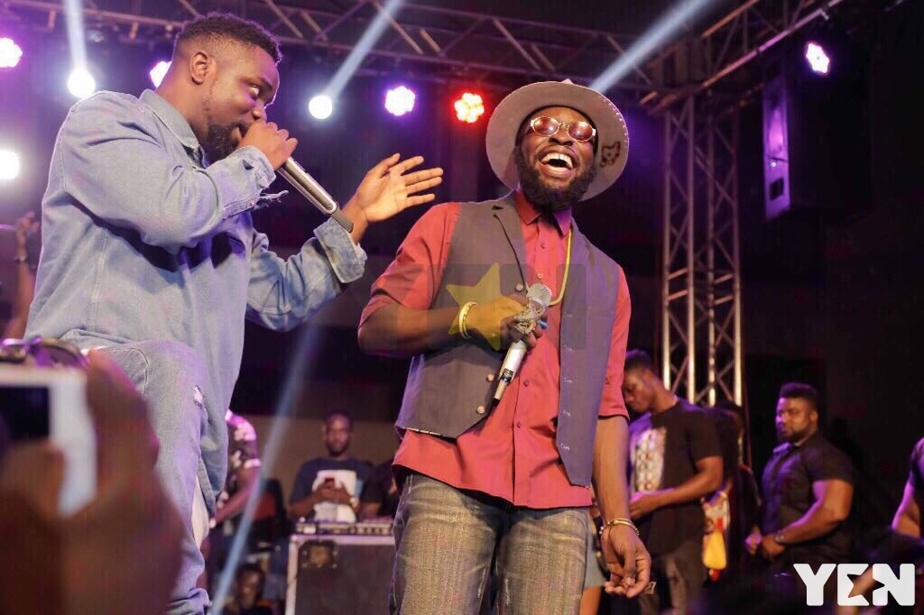 """Beef over!"" as Sarkodie pops up at Manifest's show"