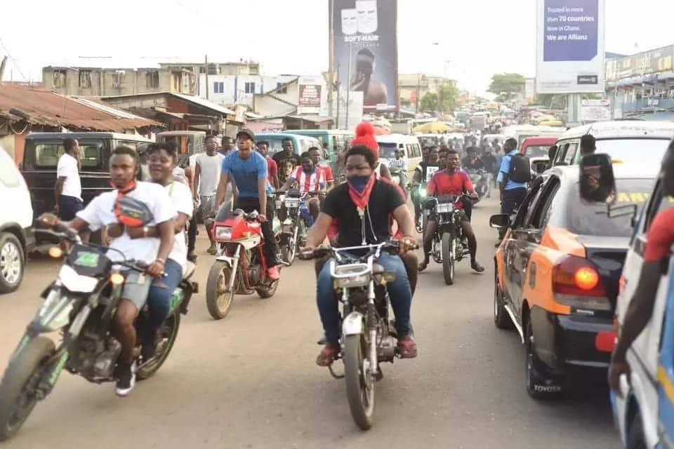 Shatta Wale shares quality time with fans, kids and market women on the streets