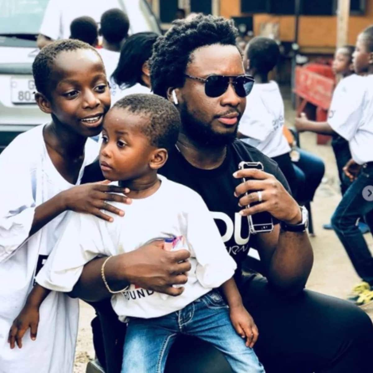 Sonnie Badu and mum take over orphanage in Accra