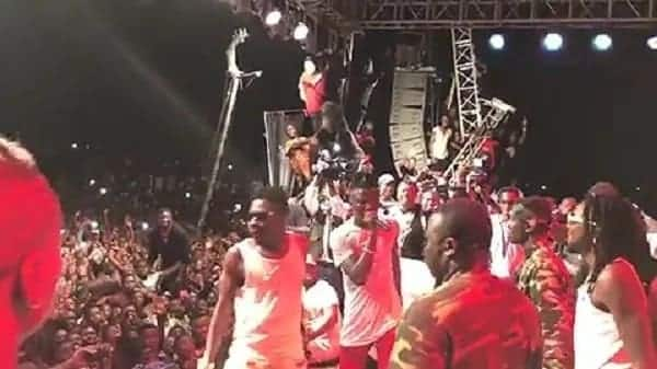 Video: Shatta Wale fulfils his promise; joins Stonebwoy on stage to perform at concert