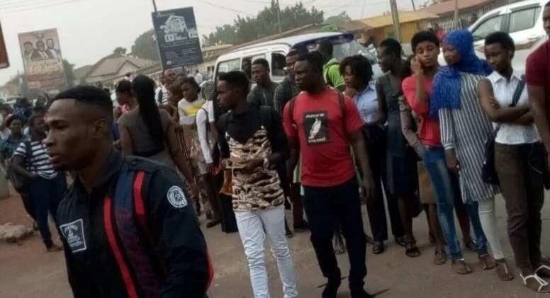 Young Ghanaians in queue