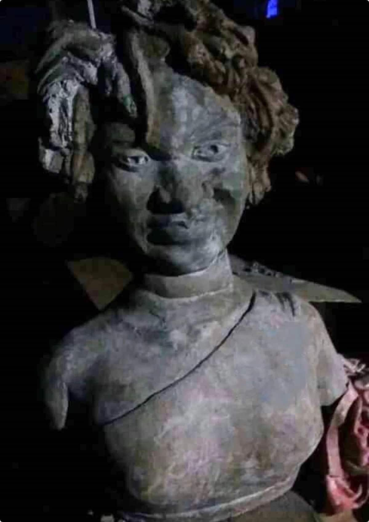 Funny-looking Ebony Reigns statue pops up on the internet