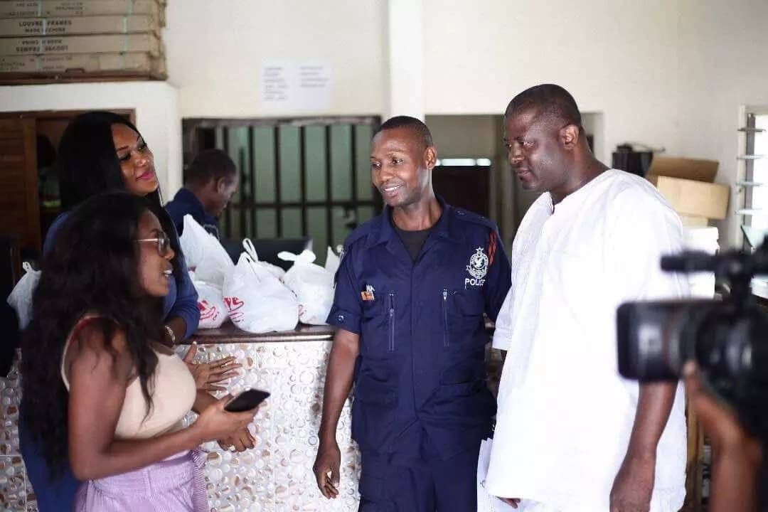 Photos: Nana Aba Anamoah and friends celebrate Christmas with policemen