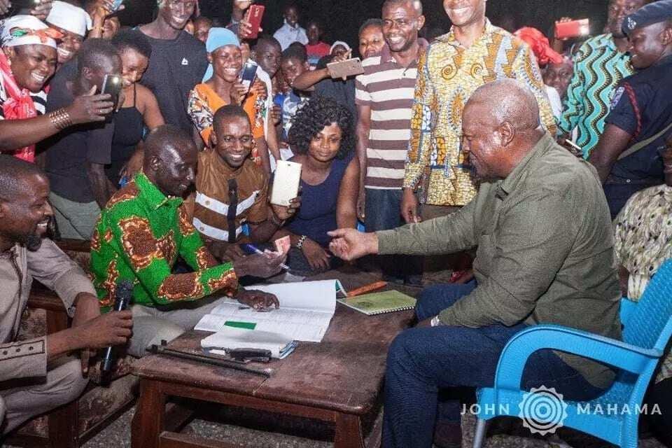 John Mahama paying for his party card
