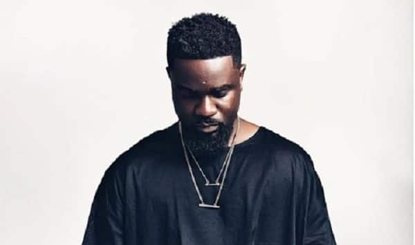 Angry Sarkodie exposes fake lifestyles of top slay queens in video; fans react