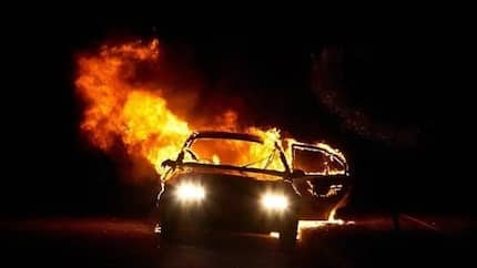 Mystery fire engulfs car at Graphic road in Accra (photos)