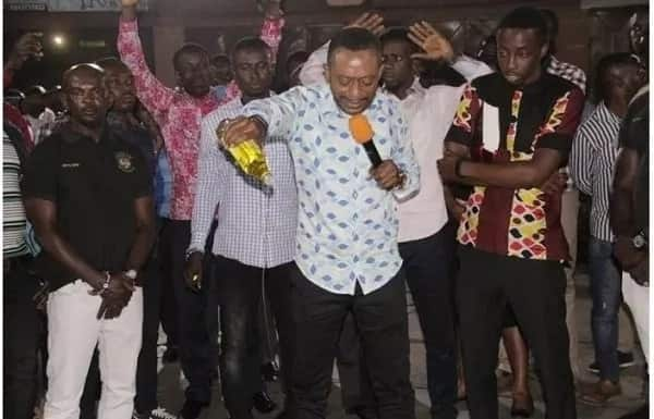 Rev. Owusu Bempah storms Abossey Okai with bottles of anointing oil (Photos)