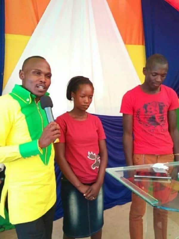 Photo: Couple weds in simple ceremony, wearing on T-shirts