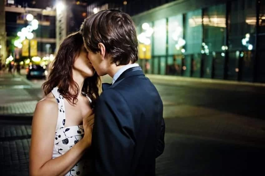 how to kiss a guy first time