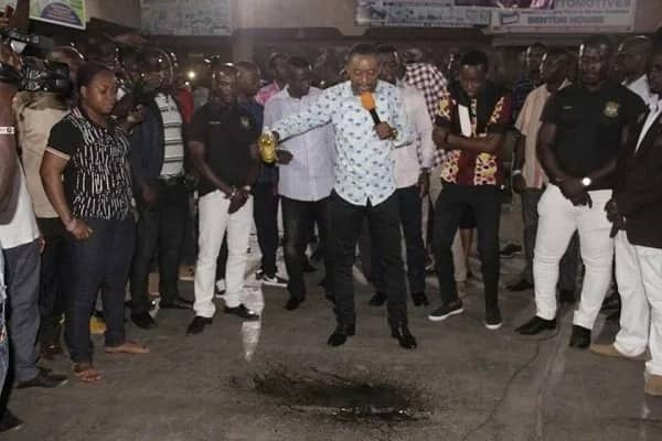 Rev. Owusu Bempah storms Abossey Okai with bottles of anointing oil