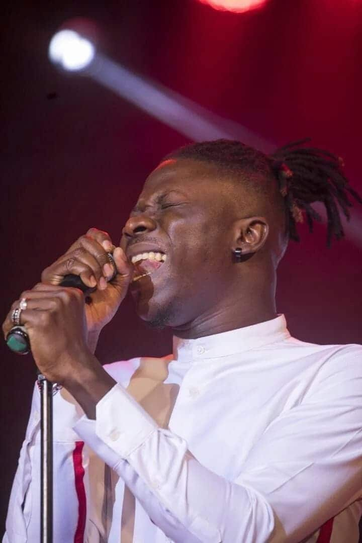 """Stonebwoy seen shedding tears on stage for his """"Mama"""" at 2017 BHIM Concert"""