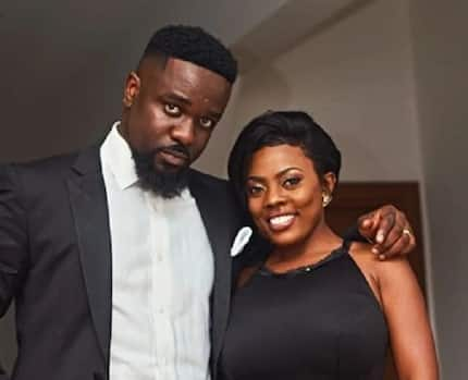 Nana Aba displays wild dance moves on stage as Sarkodie performs and fans are surprised