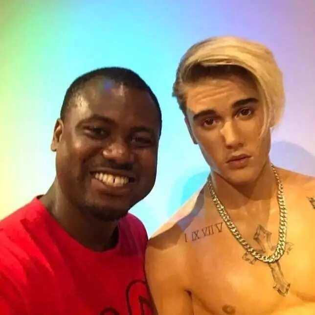 Abeiku Santana poses with Justin Bieber in awesome photo