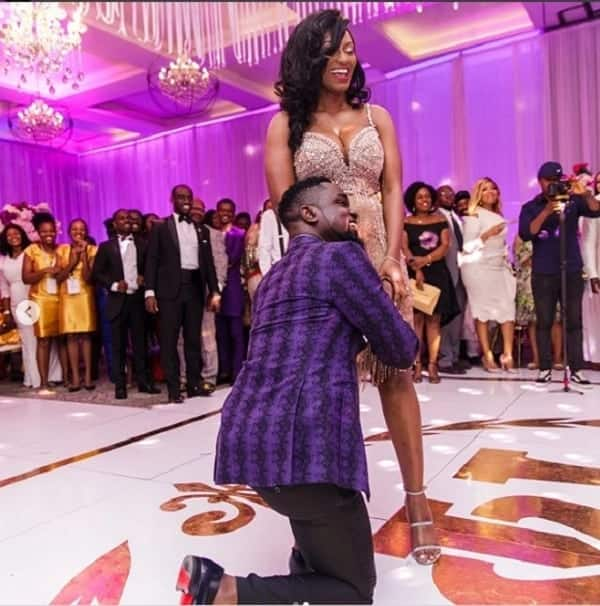 Sarkodie bowing to his wife. Photo credit: Ameyaw Debrah