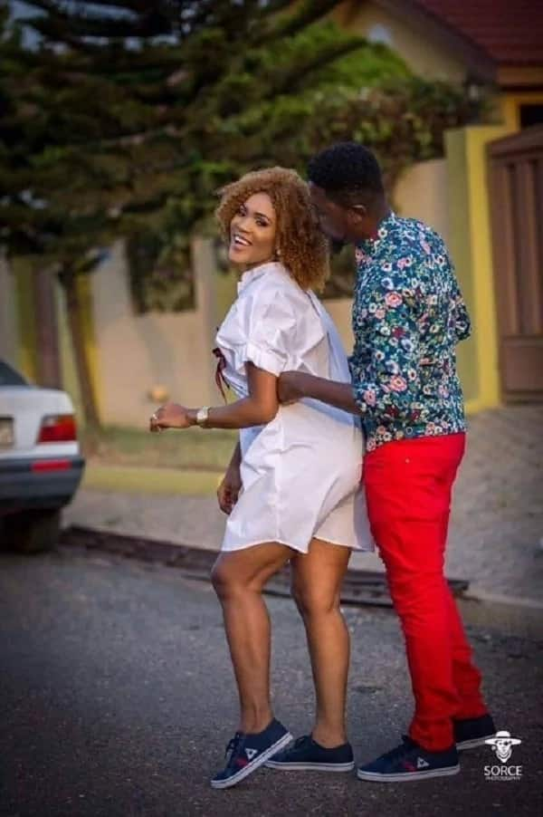 Akosua Vee beautifully sings to the guests as she gets married to A Plus (Video)