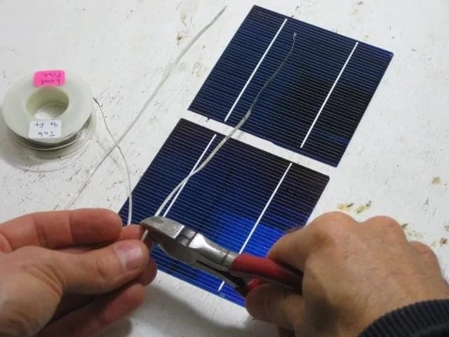 How to make a solar panel with household items