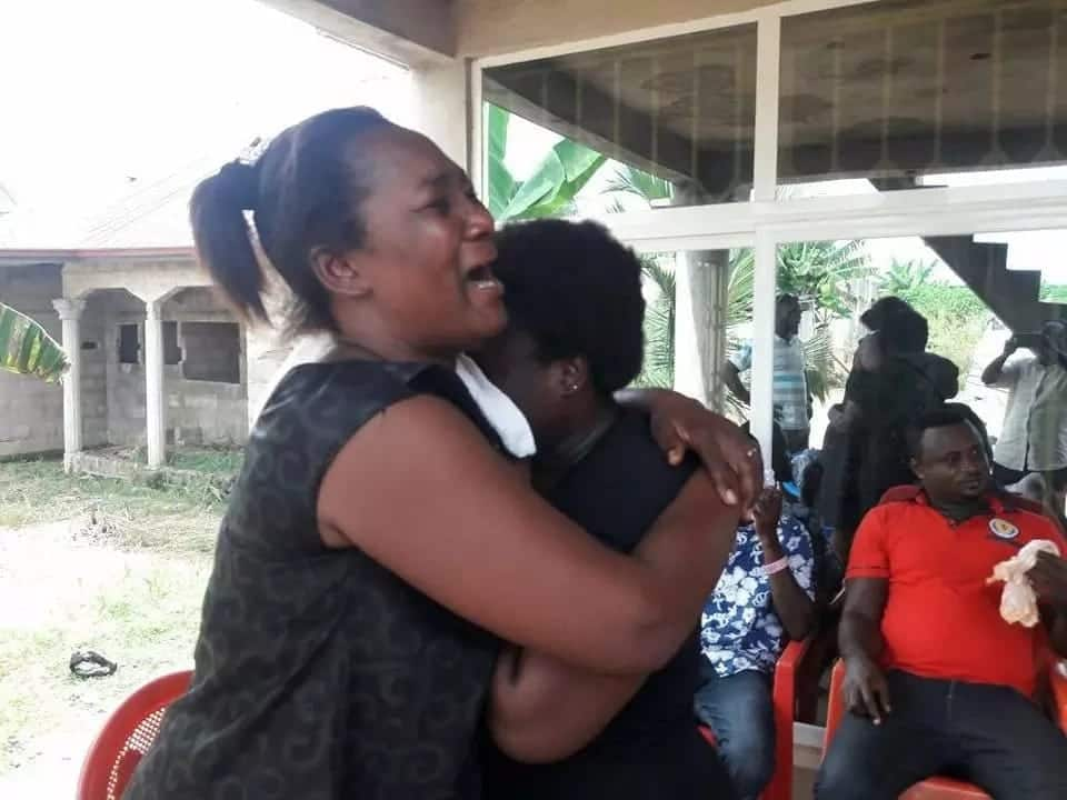 Photos of actress Maame Serwaa breaks down in tears as she mourns her mum