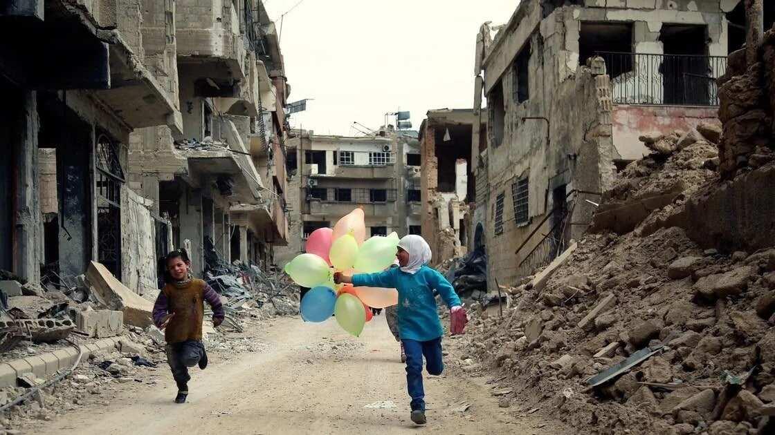 Syrian children running