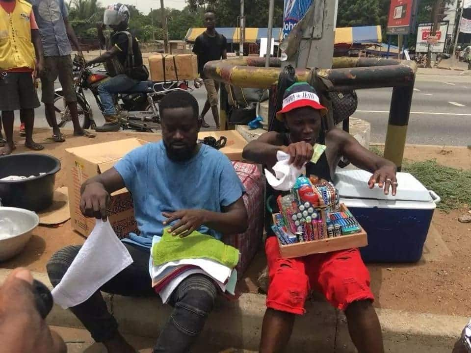 """Stonebwoy spotted """"selling"""" on the streets if Accra"""