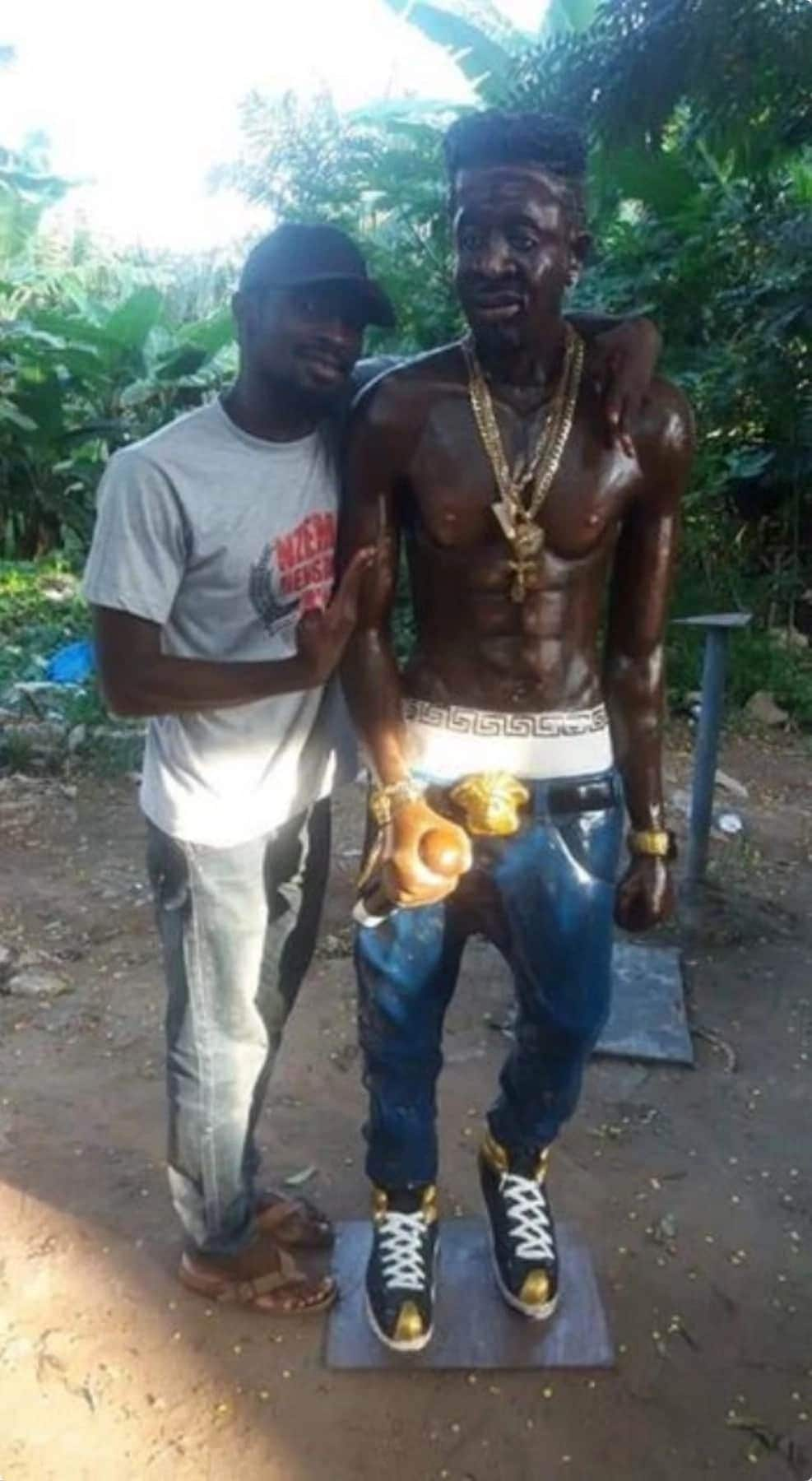 Sculptor designs 'unrecognizable' statue of Shatta Wale and fans cannot stop laughing