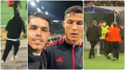 Funny moment Man United fan escaped from stewards to steal a selfie with Ronaldo goes viral