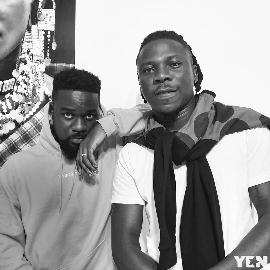 Sarkodie hosts stonebwoy at home after vgma ban photos video