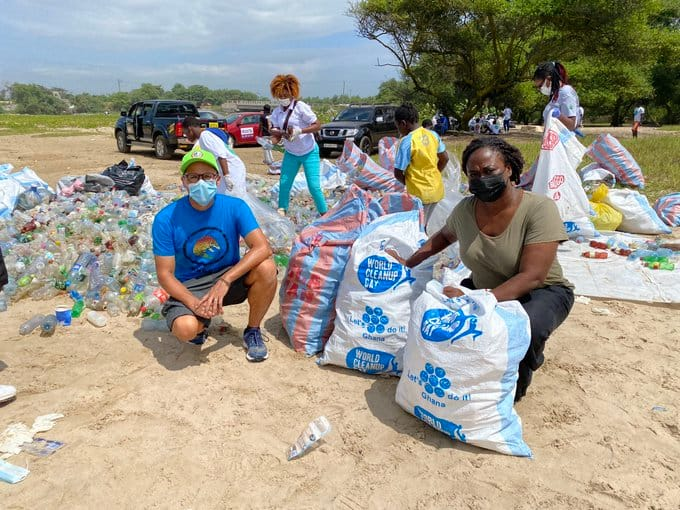 Australian High Commissioner clears rubbish at Laboma Beach