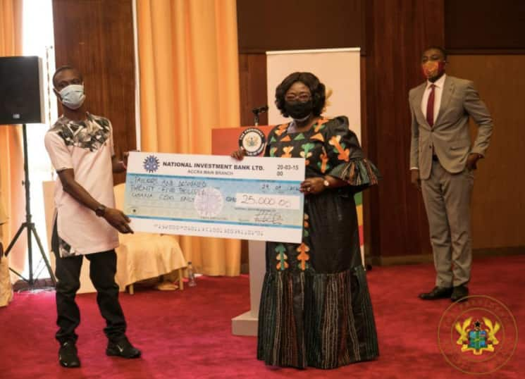 Akufo-Addo presents GH¢2M to 1,000 persons living with disability
