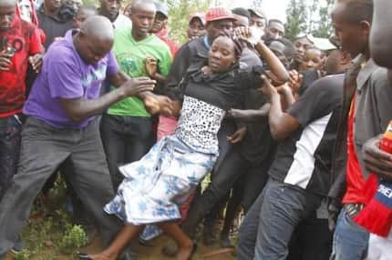 Widow jumps into late husband's grave; says she wants justice for his death (Photos)