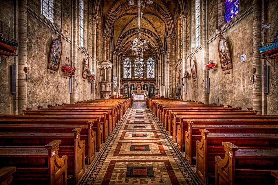 How to behave in church to glorify God?