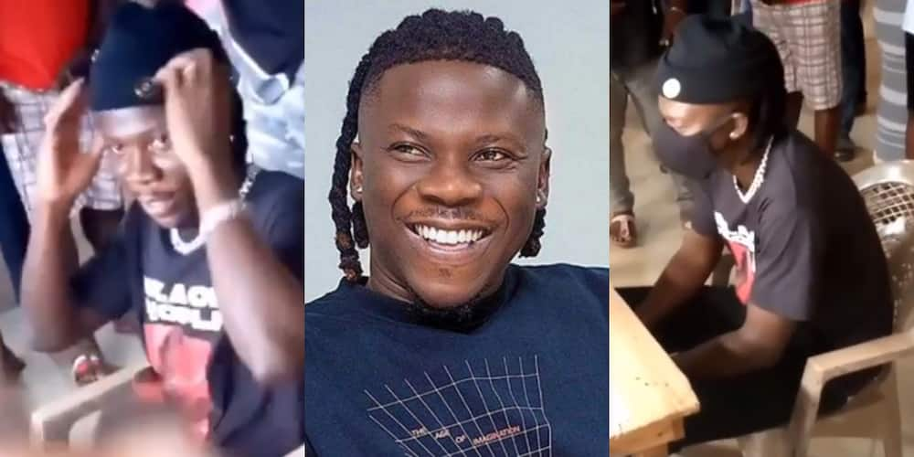 Stonebwoy registers for voter ID card at Ashaiman in video as fans mob him (video)