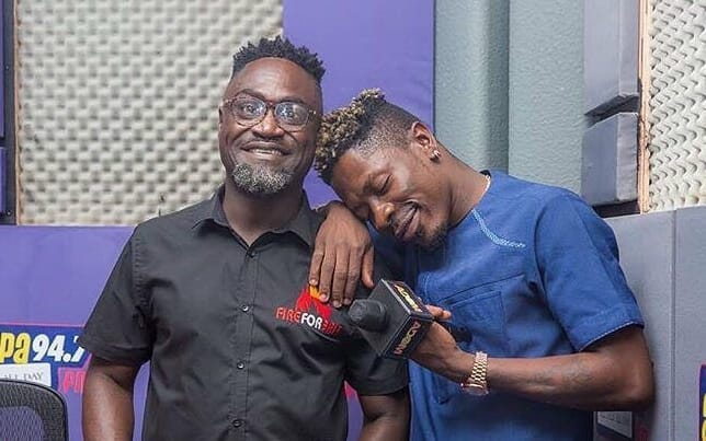 Video drops as Countryman Songo joins Shatta Wale to share cash for SM fans