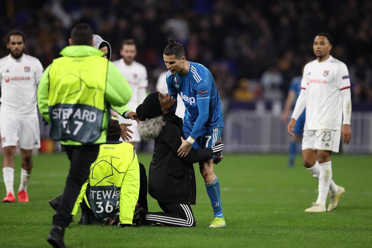 Fan attacks Ronaldo on the pitch in Juventus' defeat against Lyon (see photos and reason)