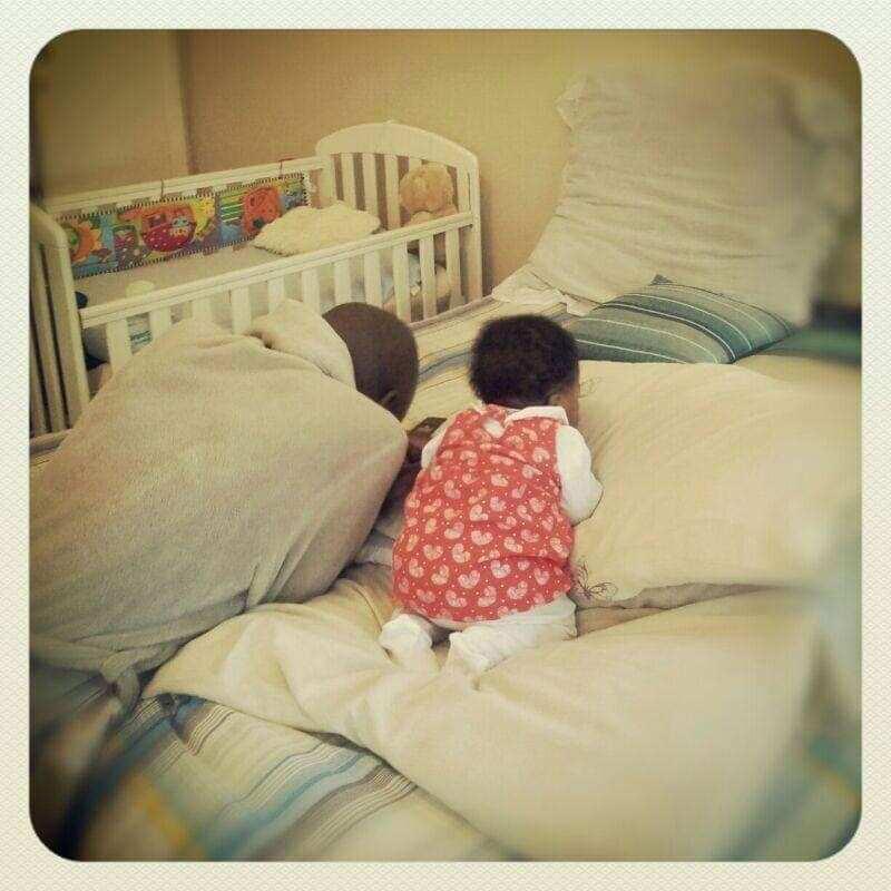 "Heartwarming photo shows dad little girl praying: ""Too precious"""