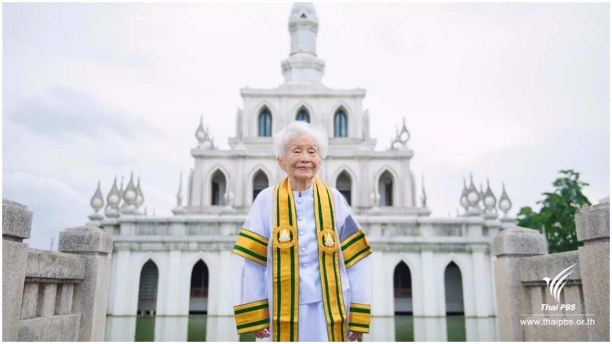 91-year-old grandma bags Bachelor's degree (photos)